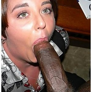 Bite black dans la bouche d'une femme mure