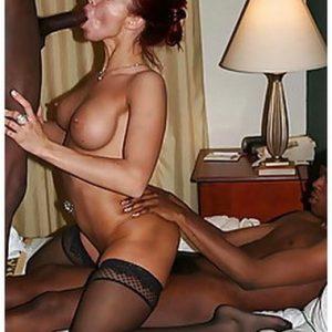 Cougar suceuse de bite baisée par 2 blacks